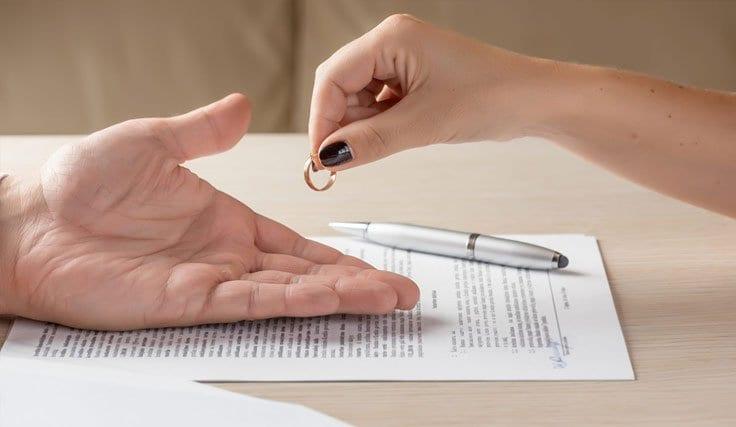Eski Sevgili veya Eşi Övmek Boşanma Nedeni